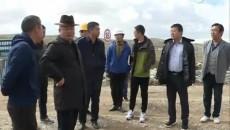 玛多县委县政府主要领导深入村级扶贫光伏电站实地察看项目进展情况