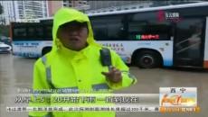 暴雨来袭 西宁城管社区总动员 保障行人通行