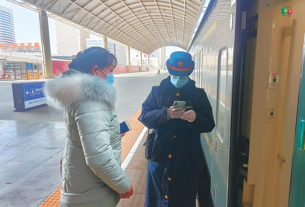 """在青藏线感受中国""""三最""""列车"""