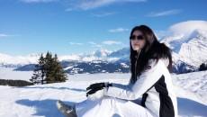 何穗欢快滑雪玩到筋疲力尽 被教练公主抱下山