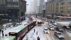 我省出现大范围降雪严重影响交通 相关部门及时做好保障工作