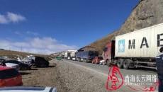 【长云快讯】油罐车侧翻 省道101线青珍山垭口下坡路段双向交通管制
