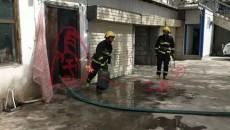 格爾木一廚房內煤氣罐起火 消防員將其拎至安全地帶