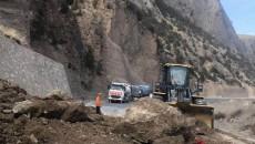 杂多公路段迅速处理塌方 保障公路安全畅通