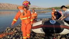 循化3人被困河心摊  消防人员紧急救援