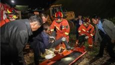 青海海東:翻斗車側翻 司機被困消防成功救援