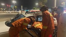青海海东:两辆轿车相撞1人被困海东消防紧急救援