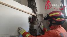 青海玉樹:居民小區建筑墻面倒塌一人被困 玉樹消防成功營救