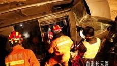 青海海西:車輛側翻男子被困 消防深夜成功營救