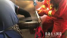 """青海海東:一男子右手被壓面機緊緊""""咬住"""" 海東消防緊急救援"""