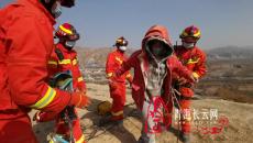 青海海东:中学生因贪玩不慎坠落断崖,消防紧急救援