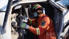 交通事故导致2人被困 互助消防成功救出被困人员