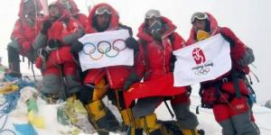 官方美高梅128:北京奥运圣火成功登顶珠峰
