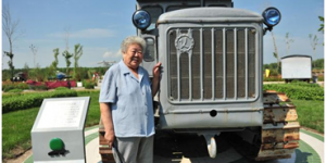 官方美高梅186:新中国第一位女拖拉机手梁军
