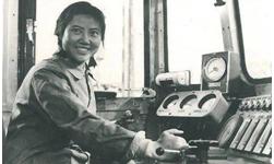 官方美高梅198:新中国第一位女火车司机