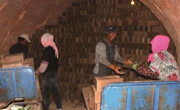 峡门镇农民在一家粘土砖厂务工
